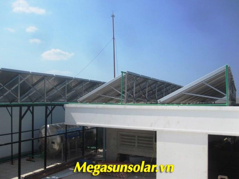 Hệ thống giàn tấm phẳng thu nhiệt Megasun được lắp đặt trên mái để thu nhiệt tối đa