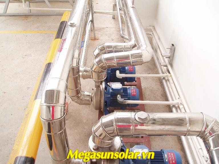 Giàn nước nóng năng lượng mặt trời công nghiệp Megasun sử dụng bơm tuần hoàn nhập khẩu cao cấp